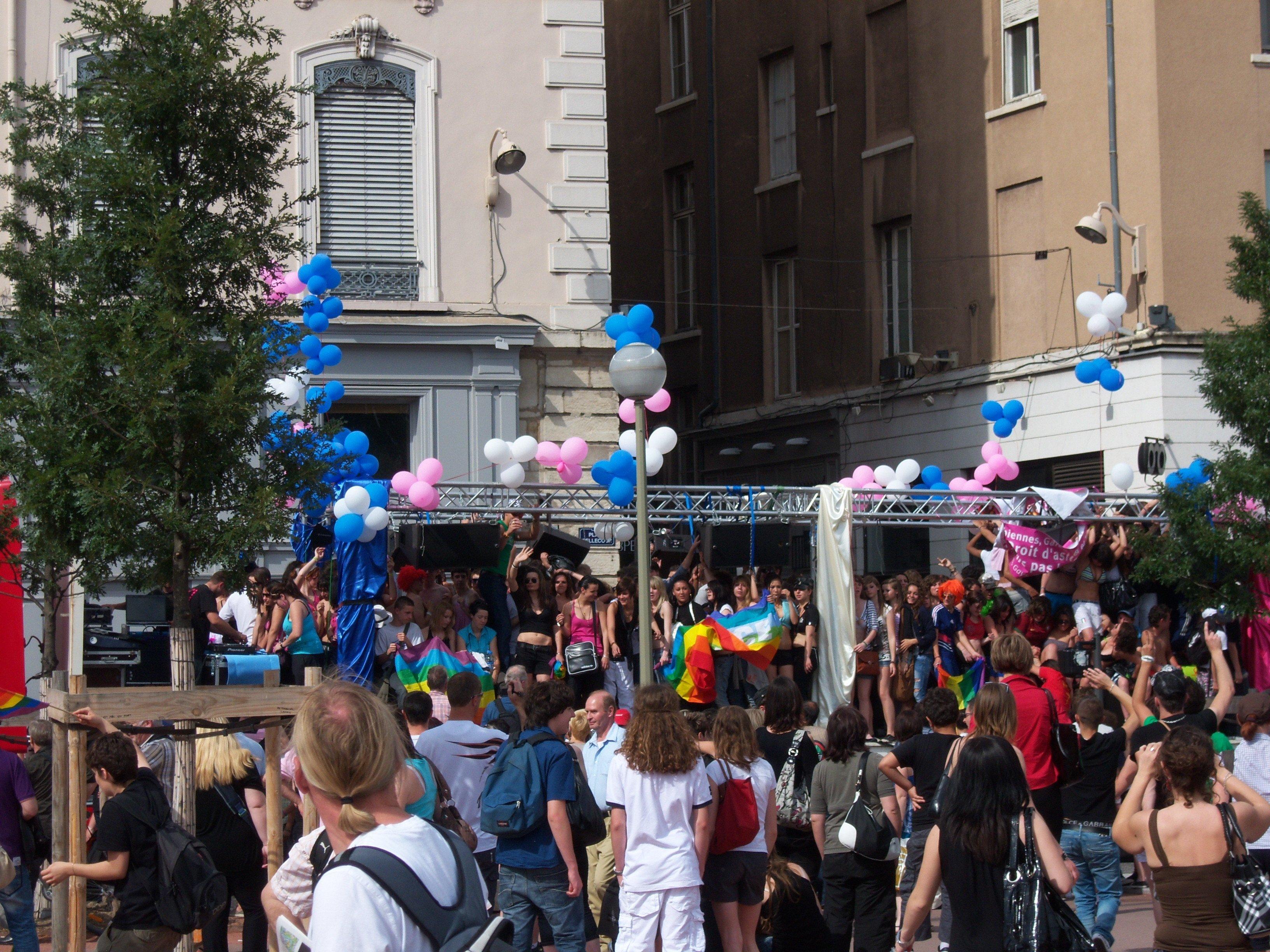 Un des chars de la Gay Pride à l'arrivée place Bellecour